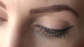 Het close-up van meisjes` s ogen van een meisje die de camera bekijken stock footage