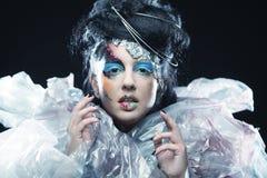 Het close-up van mooi vrouwengezicht met creatieve manierkunst maakt Stock Fotografie