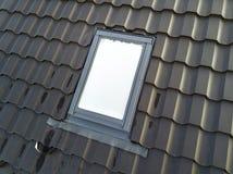 Het close-up van nieuw zolder plastic die venster wordt ge?nstalleerd in shingled huisdak De professioneel gedaane bouw en bouwwe royalty-vrije stock afbeeldingen