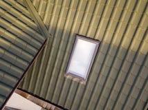 Het close-up van nieuw zolder plastic die venster wordt ge?nstalleerd in shingled huisdak De professioneel gedaane bouw en bouwwe royalty-vrije stock afbeelding