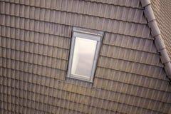 Het close-up van nieuw zolder plastic die venster wordt ge?nstalleerd in shingled huisdak De professioneel gedaane bouw en bouwwe stock afbeelding