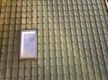 Het close-up van nieuw zolder plastic die venster wordt ge?nstalleerd in shingled huisdak De professioneel gedaane bouw en bouwwe stock foto