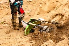 Het close-up van ongeval in bergfietsen rent in vuilspoor met vliegend puin tijdens een versnelling stock afbeeldingen