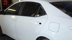 Het close-up van opgepoetste auto is in de garage van het benzinestation alvorens te schilderen stock videobeelden