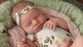 Het close-up van pasgeboren meisje in mooi kleedt zich girly met een rand op haar hoofd stock videobeelden
