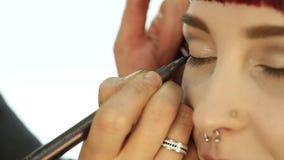 Het close-up van professionele grimeur die dagelijkse make-up doen, zet poeder op de wangen van de vrouw met borstel stock footage