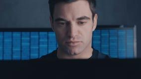 Het close-up van Programmeur Developer schrijft de broncode van de software Mannelijke arbeider die zich op codes bij concentrere stock videobeelden