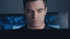 Het close-up van Programmeur Developer schrijft de broncode van de software Mannelijke arbeider die zich op codes bij concentrere stock video