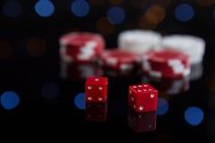 Het close-up van rood dobbelt met spaanders Stock Fotografie