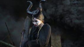 Het close-up van sinister meisje in het Maleficent beeld maakt klappende mantel stock footage