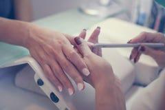 Het close-up van vrouwelijke handen die manicured zijn Stock Foto