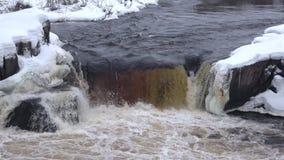 Het close-up van watervalvoitsky Padun, Februari-dag Karelië, Rusland stock footage