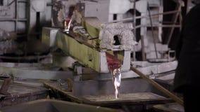 Het close-up, wordt het hete metaal gegoten van de ovens speciale baden Aluminium, het materiaal dat wijd binnen wordt gebruikt stock videobeelden