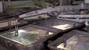 Het close-up, wordt het hete metaal gegoten van de ovens speciale baden Aluminium, het materiaal dat wijd binnen wordt gebruikt stock video
