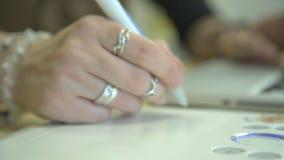 Het is close-upbeeld van de tekening die van de vrouwenhand grafische tablet gebruiken stock video
