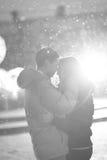 Het close-upbeeld van paar in liefde, man kust een vrouw Gebruikte filters instagram zwart-Witte foto Royalty-vrije Stock Afbeeldingen