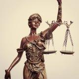 Het close-upbeeld van Themis-godin of de de holdingsschaal van de damerechtvaardigheid blinddoekt op lichte achtergrond Stock Afbeelding
