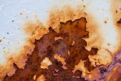 Het close-upbeeld van wit gekleurd oud blad van metaal wordt behandeld door diepe roest stock foto's