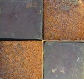 Het close-upgebied van terracotta betegelt roestig ijzer Stock Foto's