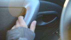 Het close-upmeisje opent de deur van binnenuit van haar auto Het meisje van controleauto's stock video