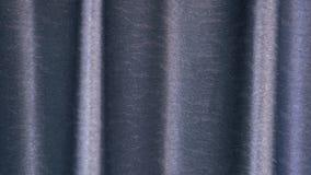 Het close-uppanning van het GBlue golvend glanzend gordijn vlot schot stock videobeelden