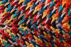 Het close-uppatroon in oosterse stijl op het hoofdkussen van gekleurde draad zigzagt voor achtergrond Stock Afbeelding