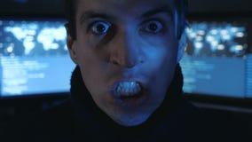 Het close-upportret van Boze Hakkerprogrammeur gilt en toont agressie terwijl het werken bij de computer Spanning in stock videobeelden