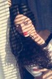 Het close-upportret van de mooie sexy ogen van de meisjes donkerbruine jonge die vrouw met schaduwen van zon worden gesloten stak Royalty-vrije Stock Foto's