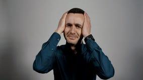 Het close-upportret van een jonge bedrijfsmens schudt zijn hoofd in frustratie stock video