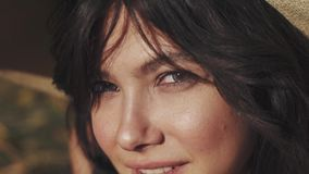Het close-upportret van een meisje met zeer mooie ogen en het overweldigen zien eruit stock footage