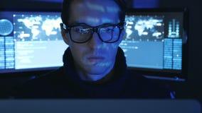 Het close-upportret van een Programmeur van de Mensen Professionele Ontwikkelaar in een datacentrum vulde met de monitorschermen  stock footage