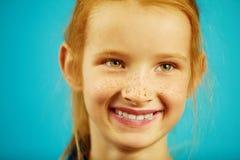 Het close-upportret van rood haired meisje met sproeten, glimlachen oprecht, heeft een goede stemming, drukt eerlijkheid en eerli stock fotografie