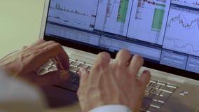 Het close-upschot van de mens is handen tegen lap-top achtergrond stock videobeelden