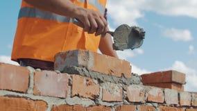 Het close-upschot van Metselaar bouwt muur stock footage