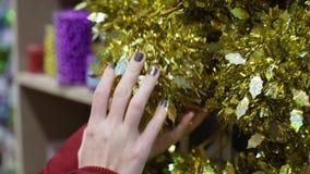 Het close-upschot van vrouw dient de markt in kiest Kerstmisdecoratie en de ballen voor vieren Kerstmis en nieuw jaar stock video