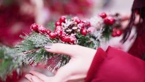 Het close-upschot van vrouw dient de markt in kiest Kerstmisdecoratie en de ballen voor vieren Kerstmis en nieuw jaar stock videobeelden