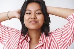 Het close-upschot van vrouw houdt zich van die met gebreken het eigen lichaamsgevoel vrije en ontspannen, gelukkige glimlachen go stock foto's