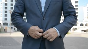 Het Close-upweergeven van de Bruidegom Buttoning The Jacket stock video