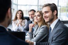 Het collectieve bedrijfsteam en de manager in een vergadering, sluit omhoog royalty-vrije stock foto's