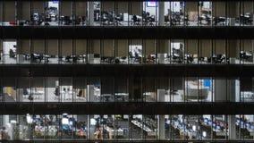 Het collectieve leven in het centrum van het glasbureau stock videobeelden