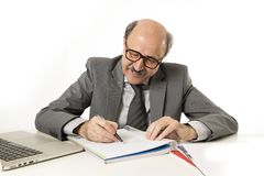 Het collectieve het van bedrijfs portret kale jaren '60 gelukkige en vriendschappelijke mens werk schrijven op blocnote bij compu royalty-vrije stock foto's