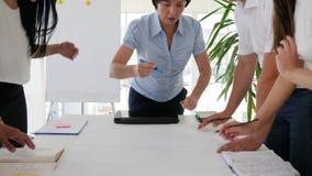 Het collectieve werk naast bureau op vergadering in wit bureau stock videobeelden