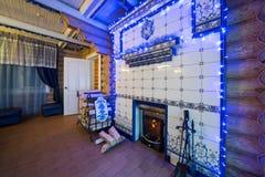 Het comfortabele binnenland van een buitenhuis met een open haard Stock Foto's