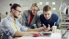 Het commerciële ernstige team van jongeren genieten die, millennials groepeert het spreken hebbend pret in comfortabel bureau sam stock videobeelden