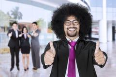 Het commerciële leider en team tonen beduimelt omhoog Royalty-vrije Stock Foto