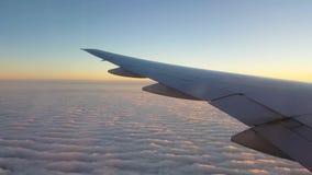 Het commerciële straal vliegen over de wolken stock video