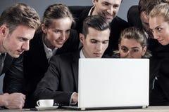 Het commerciële team bekijkt samen laptop royalty-vrije stock fotografie