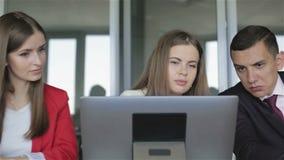 Het commerciële team bespreekt een project bekijkend het laptop scherm stock footage
