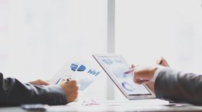 Het commerciële team bespreekt financiële programma's stock foto