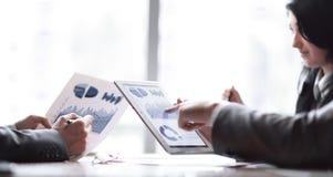 Het commerciële team bespreekt financiële programma's Foto met exemplaarruimte stock foto's